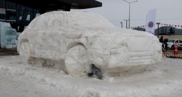 Yerli otomobilin buzdan heykelini yaptılar