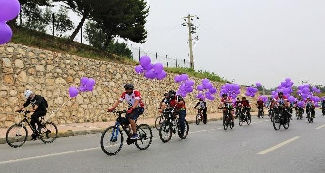 Pedalları kanser hastaları için çevirdiler, gökyüzüne mor balonlar uçurdular
