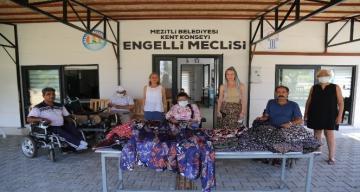 Mezitli'de yaşayan engelliler, afet bölgesindeki kadınlar için şalvar dikti