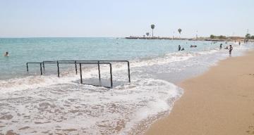 Mezitli Belediyesi, Viranşehir Pompeiopolis Parkı Plajına engelli rampası yerleştirdi.