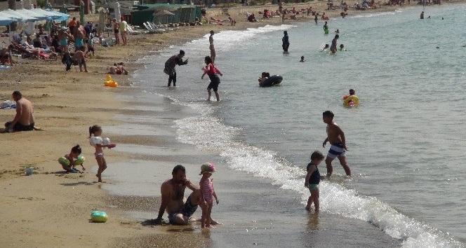 Mersin'de okullar açılmasına rağmen sahillerde doluluk yaşanıyor